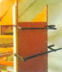 Боковую стенку спереди крепят на шкантах, а сзади на шурупах