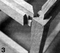 Фото 3. К ножкам и царгам на шурупах и клее крепят рейки