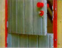 На дверной раме крепят шурупами алюминиевые уголки для роликовой защелки и замка