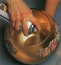 Напылите на внутреннюю поверхность чаши золотистую краску