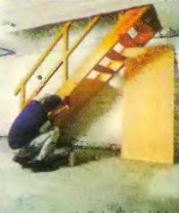 Обшивают фанерой нижнюю часть лестницы