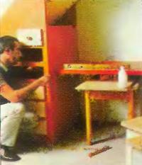 Плита рабочего стола привинчивается справа к полке стеллажа, слева - к боковой стенке шкафа