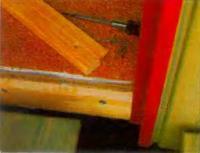 Порог, сделанный из древесины твердой породы, точно подгоняют под дверную коробку