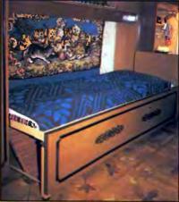 Разложенная кровать делает комнату очень уютной