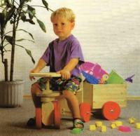 Ребенок на детском тракторе