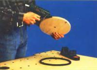 Резиновое кольцо нужно надеть на колесо