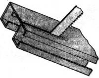 Рис. 1. Распилить карниз ножовкой
