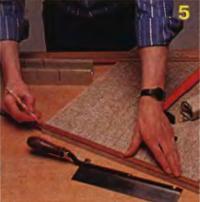 Рис. 5. Дверцу шкафа оклеивают тканевыми обоями