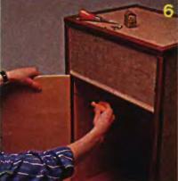 Рис. 6. Дверцу подвешивают на рояльной петле
