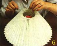 Рис. 6. Сажают абажур на верхнее кольцо каркаса