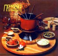 Сервировочный столик с посудой