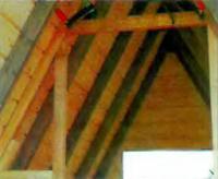 Скрепленные с обшивкой крыши стойки усилены поперечными ригелями